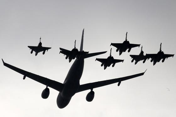 프랑스 공군 비행기들이 14일 파리 개선문 위를 축하 비행하고 있다.[AP=연합뉴스]