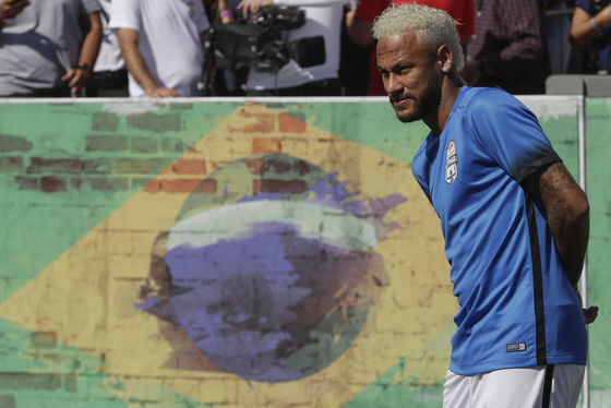 브라질 상파울로에서 자신이 개최한 네이마르 주니어 5 유스 토너먼트 대회를 참관 중인 네이마르. 올 여름 FC 바르셀로나 복귀설의 주인공으로 떠올랐다. [AP=연합뉴스]
