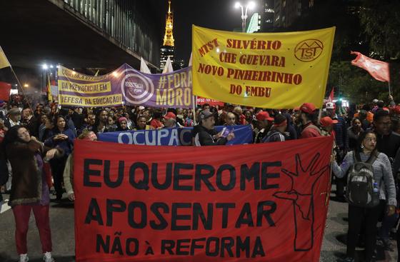 지난 10일 브라질 연금 개혁안이 하원을 통과하자 개혁안에 반대하는 이들이 상파울로에서 피켓을 들고 행진하고 있다. [AP=연합뉴스]