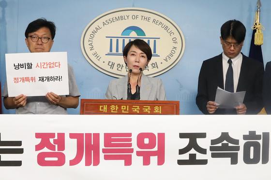 정치개혁공동행동 관계자들이 11일 오전 서울 여의도 국회에서 기자회견을 갖고 정개특위 조속한 재개 및 더불어민주당이 선거제 개혁에 앞장 설 것을 촉구하고 있다. [뉴스1]