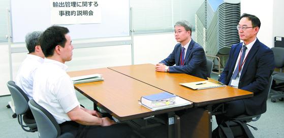 마주 앉은 한·일 '수출 규제' 실무 협의 대표들 (도쿄=연합뉴스)