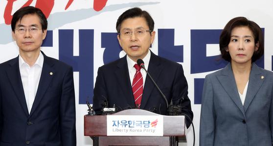 자유한국당 황교안 대표가 15일 오전 서울 여의도 국회에서 일본의 경제제재와 관련한 기자회견을 하고 있다. [뉴시스]