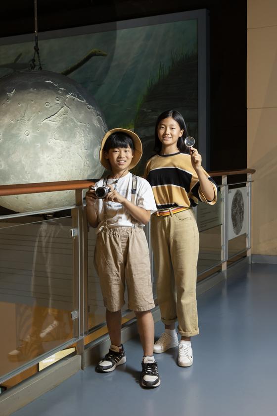 김민서(경기도 신원초 6·왼쪽)·이수경(경기도 어정중 1) 학생기자가 서대문자연사박물관에서 '일일 탐험가'가 되어 포즈를 취해 보였다.