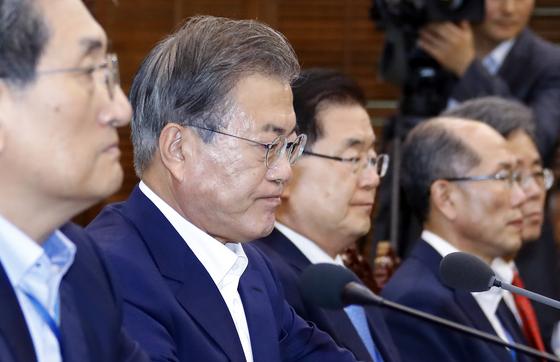 문재인 대통령이 15일 오후 청와대에서 열린 수석보좌관 회의에서 일본의 대(對) 한국 수출 규제와 관련한 발언을 마친 뒤 굳은 표정을 짓고 있다. 청와대사진기자단