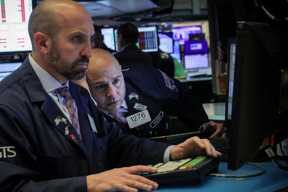 뉴욕증권거래소 (NYSE) 입회장에서 트레이더들이 심각한 표정으로 모니터를 들여다보고 있다[로이터=연합뉴스]