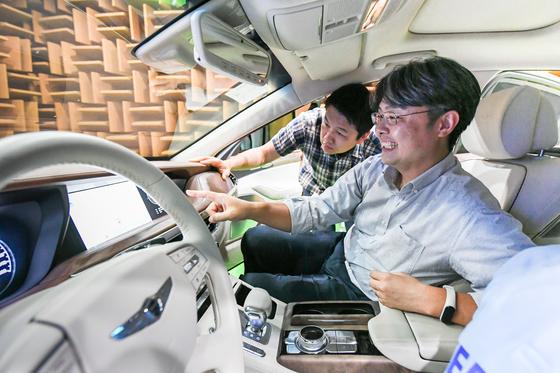추교웅 현대·기아차 인포테인먼트 센터장(오른쪽)이 지난달 24일 경기 화성시 남양연구소에서 자동차용 인포테인먼트 시스템을 테스트하고 있다. [사진 현대자동차그룹]