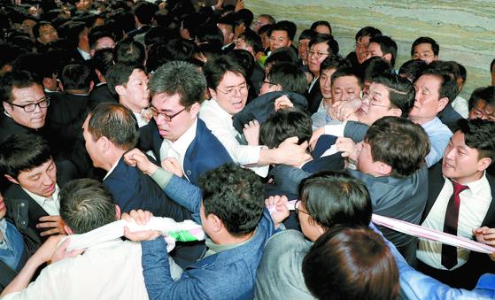 야당 국회의원들과 보좌관들이 지난 4월 25일 오후 서울 여의도 국회 의안과 앞에서 여당의 공수처법 등 패스트트랙 지정 법안 제출을 저지하기 위해 몸으로 막아서고 있다. [뉴스1]