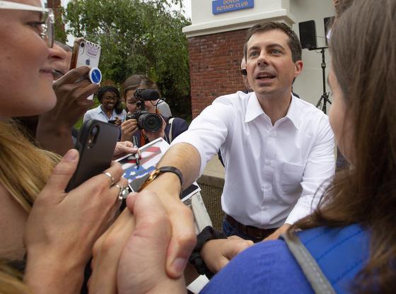 피트 부티지지가 지지자들과 악수하고 있다. 그는 밀레니얼 세대들에게 강력한 지지를 받는다. [EPA=연합뉴스]