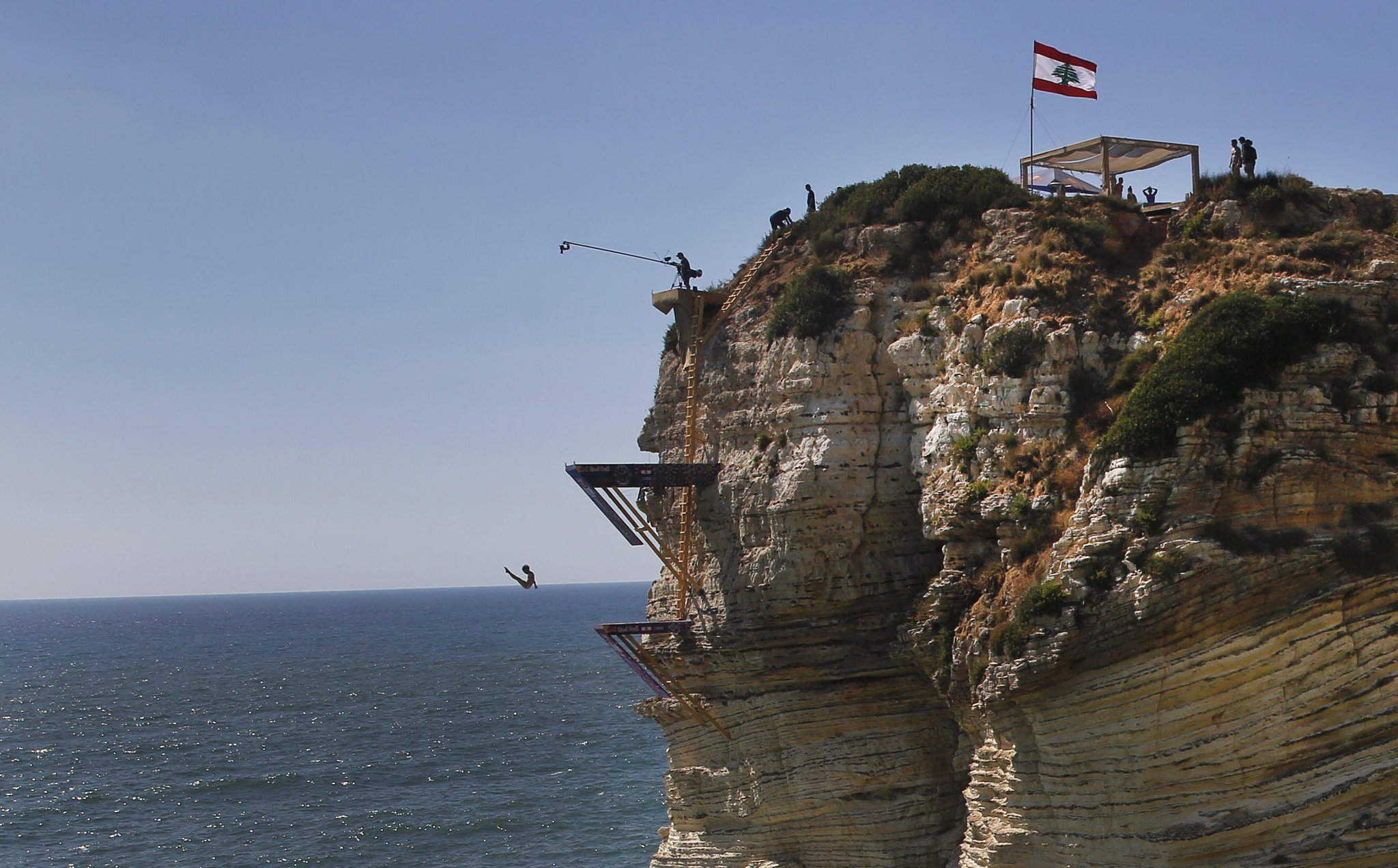 '레드불 클리프 다이빙 월드시리즈' 대회가 열린 레바논 베이루트의 라우체 바다 바위 위에서 14일(현지시간) 한 선수가 절벽아래로 다이빙을 하고 있다. [AP=연합뉴스]