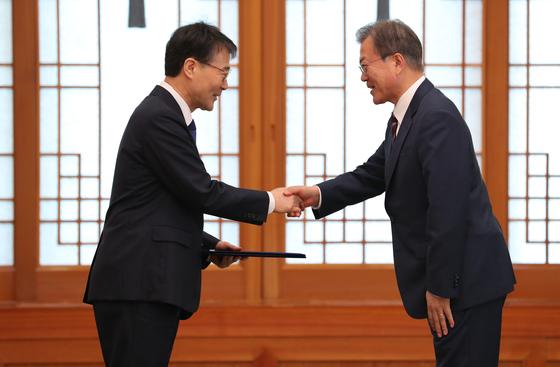 문재인 대통령이 장하성 전 정책실장에게 주중 대사 신임장을 수여하고 있다. [청와대사진기자단]