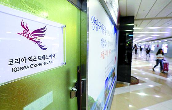 한국 소비자들의 일본 여행 취소가 잇따르면서 12일 김포와 일본 시마네현을 잇는 전세기 운항이 일시 중단됐다. 사진은 이날 전세기 운항을 중단한 코리아익스프레스에어 사무실. [뉴시스]