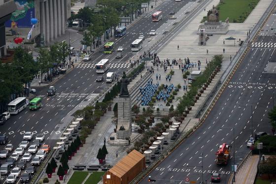 16일 우리공화당 당원과 지지자들이 광화문 광장 천막들이 자진철거하자 서울시 공무원들과 용역업체 직원들이 광장에서 빠져나가고 있다. 김상선 기자