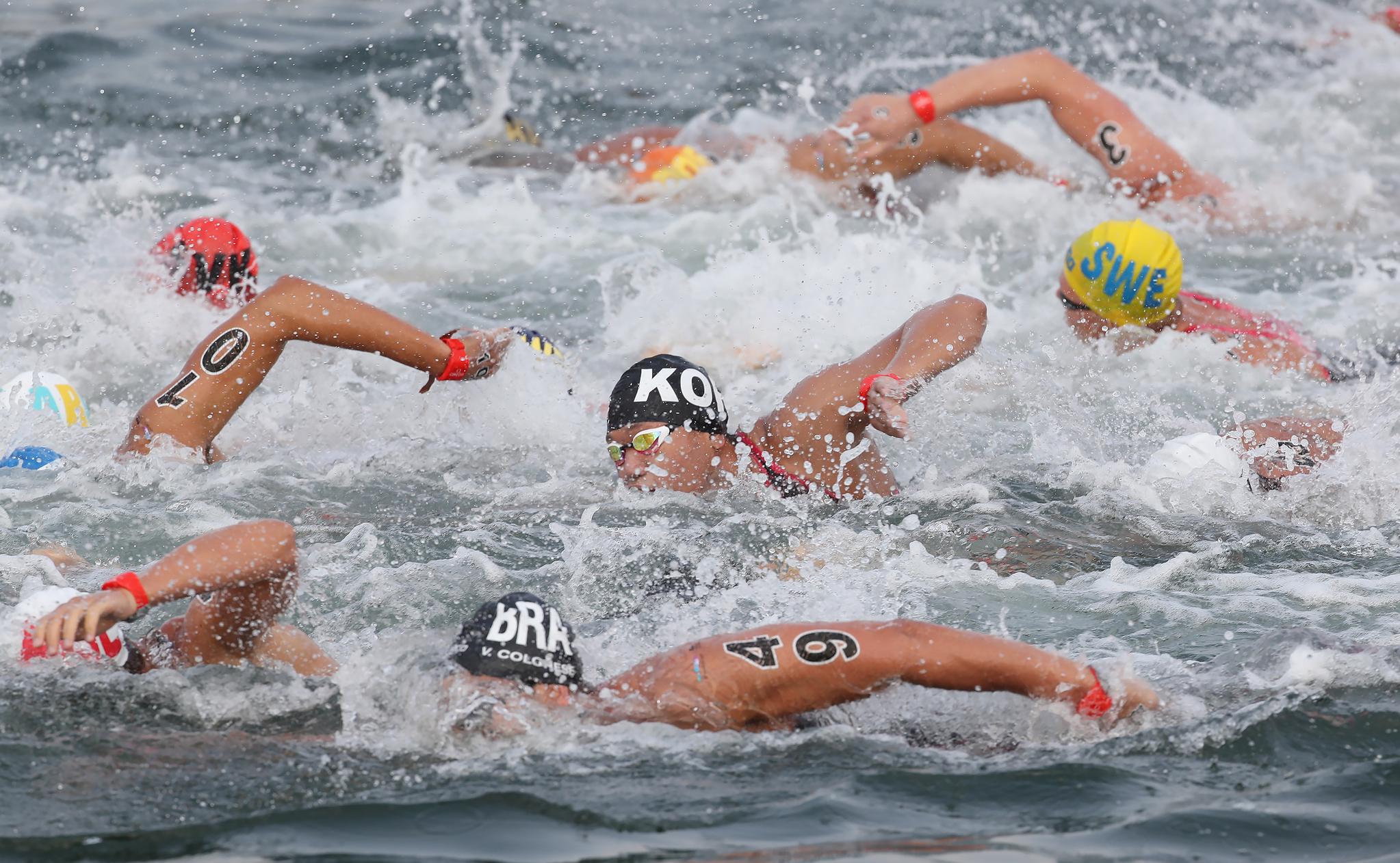 16일 오전 여수 엑스포 해양공원 오픈워터 수영 경기장에서 열린 2019 광주세계수영선수권대회 오픈워터수영 남자 10km 경기에서 박석현을 비롯한 선수들이 물살을 가르고 있다. [연합뉴스]