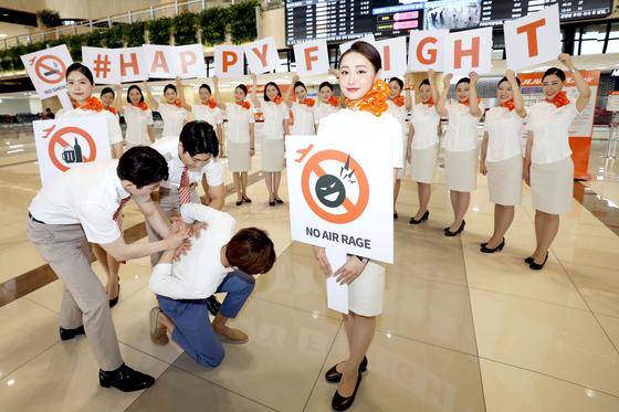 제주항공 신입승무원들이 9일 오전 서울 강서구 김포국제공항 국제선 발권 카운터 앞에서 국제선 이용객을 대상으로 기내 난동행위 근절을 위한 해피 플라이트(Happy flight) 캠페인을 하고 있다. [사진 제주항공 제공]