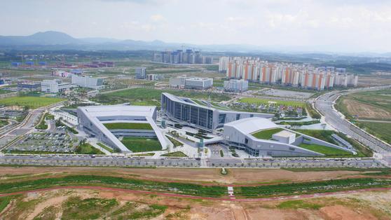 2012년 충남 예산·홍성으로 이전한 충남도청사 전경. [중앙포토]