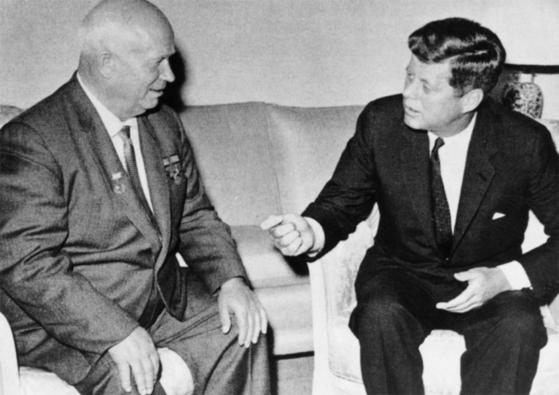 존 F 케네디 미국 대통령(오른쪽)과 니키타 흐루쇼프 소련 공산당 서기장의 모습.흐루쇼프가 1957년 인류 최초의 인공위성인 스푸트니크 1호를 발사하자 케네디는 1961년 인간을 달에 보내는 아롤로 프로그램으로 맞섰다. [중앙포토].