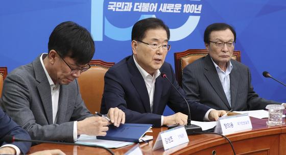 일본 경제보복대책 당청 연석회의가 16일 국회 민주당 당대표실에서 열렸다. 정의용 국가안보실장(가운데)이 발언하고 있다. 임현동 기자
