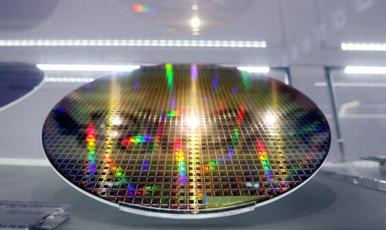 서울 서초구 삼성전자 딜라이트에 반도체웨이퍼가 전시돼 있다.[뉴스1]