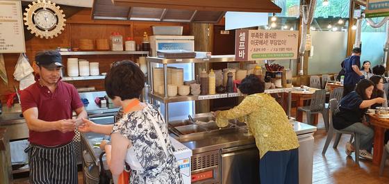 경기도에서 음식점을 경영하는 조병진(왼쪽) 사장은 최저임금 인상 이후 직접 쟁반을 나른다. 장세정 기자