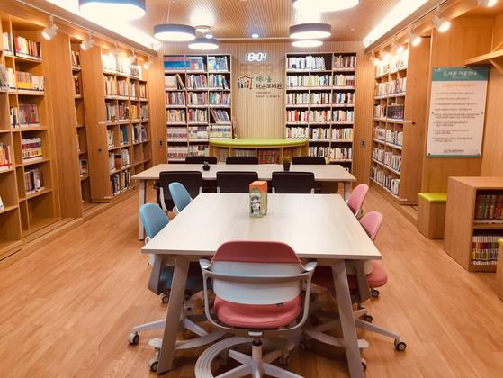 서울 용산구가 18일 오후 3시 옛 용산2가동주민센터 새마을문고를 리모델링해 만든 해다올 작은도서관의 재개관식 행사를 연다. 해다올 작은도서관 내부 모습.