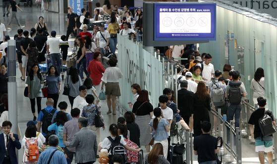 여름철 성수기 여행 시즌이 시작된 14일 오후 인천국제공항 출국장이 붐비고 있다. [뉴스1]