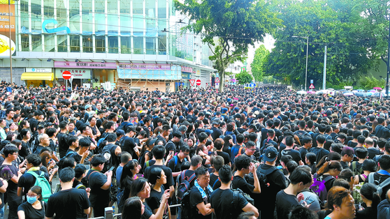 16일(현지시간) 홍콩 빅토리아 공원 인근에서 '범죄인 인도 법안'(일명 송환법)에 반대하는 시민들이 행진을 벌이고 있다. [연합뉴스]