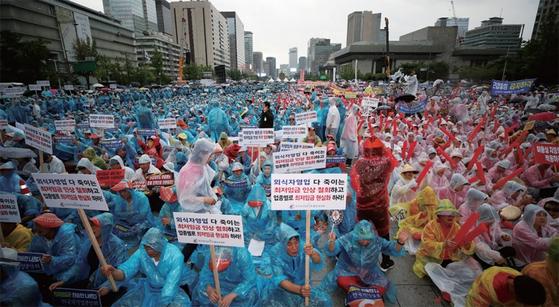 '소상공인 생존권 운동연대'가 주최한 최저임금 제도개선 촉구 국민대회가 지난해 8월 29일 서울 광화문에서 열렸다. 이들은 최저임금 인상 철회를 주장했으나 올해도 최저임금은 또 인상됐다. [뉴스1]