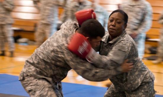 개인 전투술(Combatives) 훈련을 하고 있는 미 육군. 보호장구로 글러브를 꼈다. [사진 미 육군]