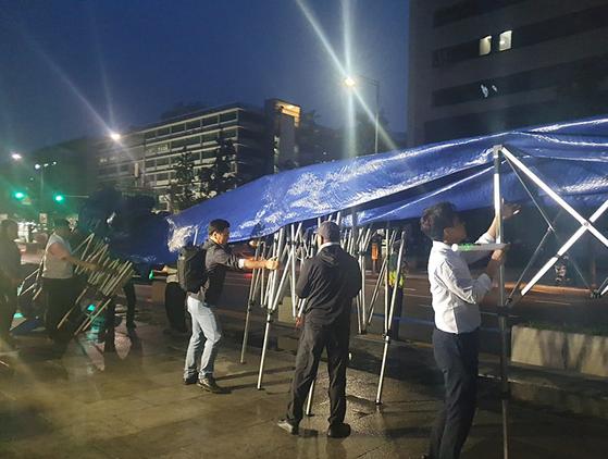 16일 새벽 우리공화당 당원과 지지자들이 광화문 광장에 설치된 천막을 자진철거하고 있다. [연합뉴스]