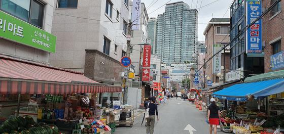 지난해 1월 당시 장하성 대통령 정책실장이 방문했던 서울 신림동 상가 골목이 한산하다. 장세정 기자