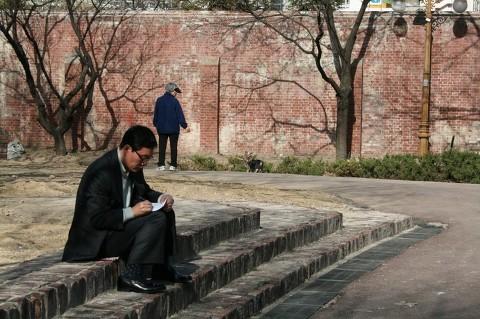 정두언 전 의원이 생전 글을 쓰던 모습. [사진 정두언 전 의원 블로그]