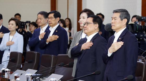 16일 오전 청와대에서 국무회의 시작 전 정경두 국방부 장관(맨오른쪽)이 국기에 경례를 하고 있다. [연합뉴스]