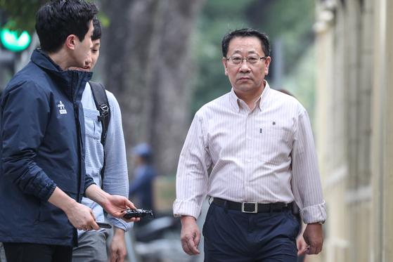 지난 2월 20일 오전 베트남 하노이에 위치한 주베트남북한대사관에 김명길 대사가 출근하고 있다. [뉴스1]