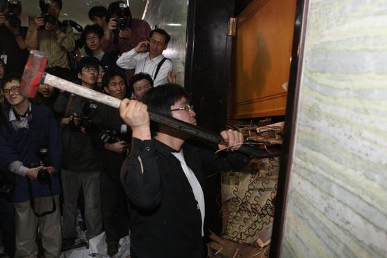 여당인 한나라당과 민주당 등 야당이 2008년 12월 18일 국회에서 충돌했다. 한나라당은 국회 외교통상통일위 회의실의 출입문을 책상 등으로 막은 채 한미 FTA 비준 동의안을 상정했고, 야당은 해머로 출입문을 부쉈다. [중앙포토]