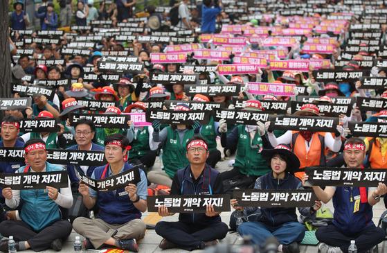 15일 오후 서울 여의도 국회 앞에서 열린 '노동개악 저지·노동기본권 쟁취·비정규직 철폐·재벌개혁·노동탄압 분쇄·최저임금 1만원 폐기규탄 민주노총 결의대회'에서 참가자들이 구호를 외치고 있다. [뉴시스]
