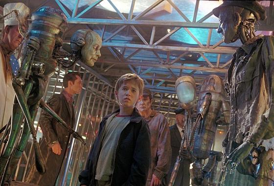영화 'AI(에이아이)'에서 스윈튼 부부는 불치병에 걸린 아들을 냉동시킨다. 이후 로봇 아들을 입양하는데, 친 아들은 기적적으로 살아나면서 갈등이 벌어진다. [사진 영화 'AI(에이아이)' 스틸]