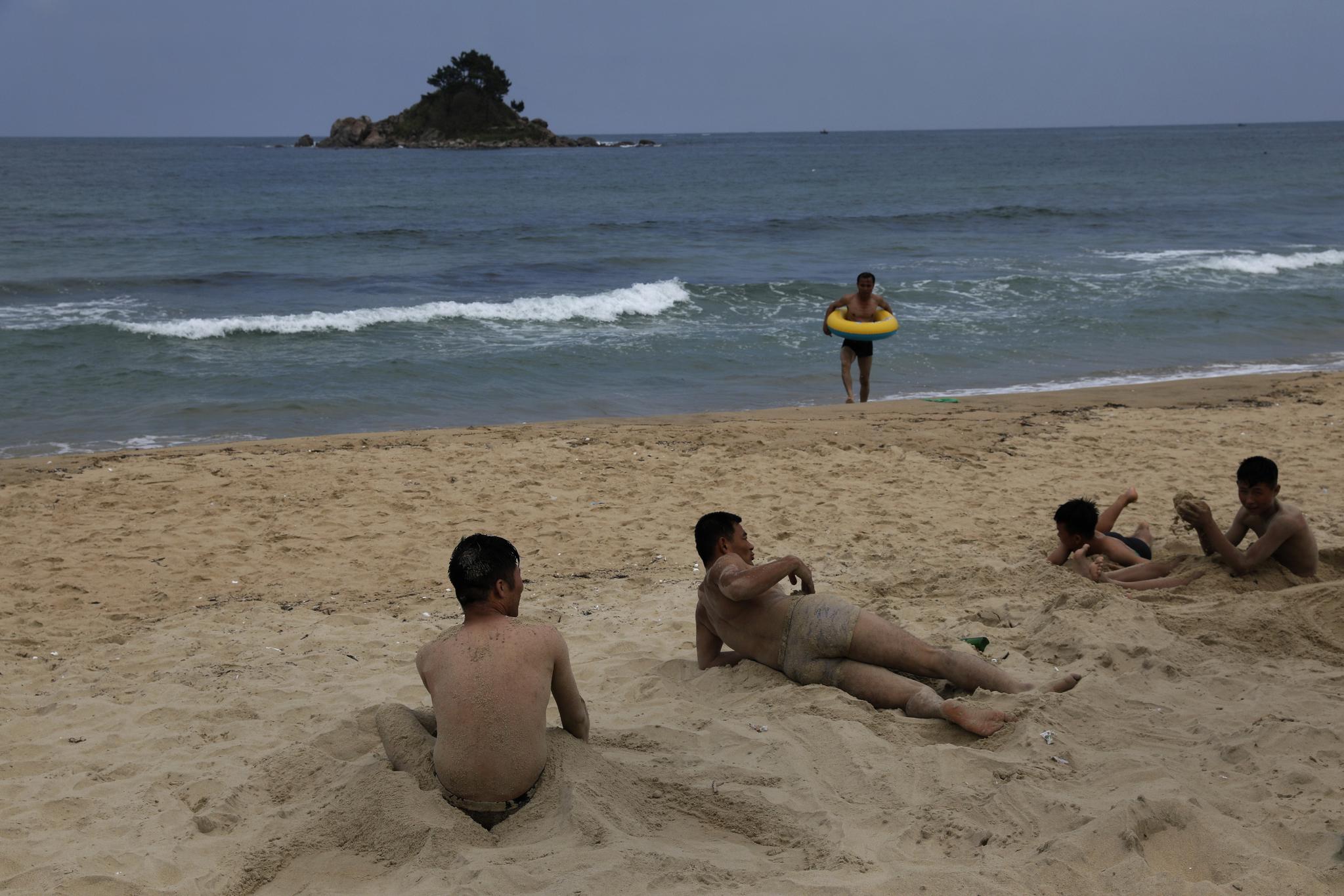일요일인 지난 14일 북한 동해 시중호 해수욕장 풍경. [AP=연합뉴스]