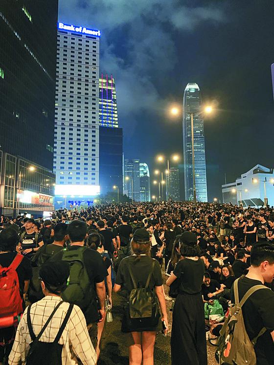 홍콩 청사 앞 글로스터 로드를 검은 옷을 입은 시위대가 점령했다. 경찰을 시위대를 저지하지 않았다. 신경진 특파원