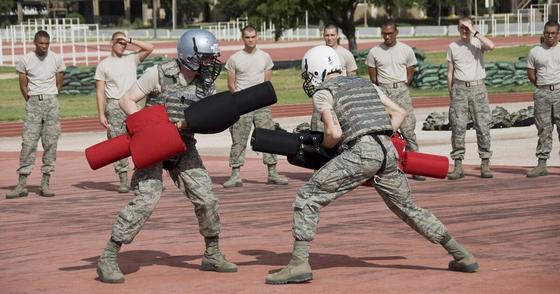 미군은 총검술을 폐지하기 전부터 모의 총검(Pugil Stick)으로 하는 1대1 전투훈련을 실시하고 있다. 사진은 미 공군 훈련소에서의 모의 총검 전투훈련. [사진 미 공군]