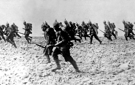 제1차 세계대전 때인 1914년 착검한 뒤 돌격하고 있는 독일군. [사진 위키피디아]
