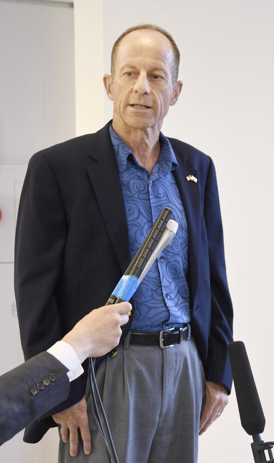11일 저녁 데이비드 스틸웰 미국 국무부 동아시아·태평양 담당 차관보가 일본 나리타 공항에 도착해 기자들의 질문에 답하고 있다. [연합뉴스]