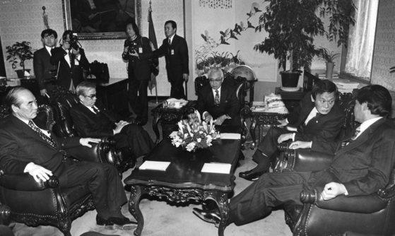 박준규 국회의장(가운데)이 1991년 1월 28일 국회의장단과 여야 총무의 연석모임을 주재, 국회의원 '뇌물 외유' 사건에 따른 국회 차원의 자정 노력에 관해 논의하고 있다. 이날 박 의장은 기자회견을 열고 대국민 사과문을 발표했다. [중앙포토]