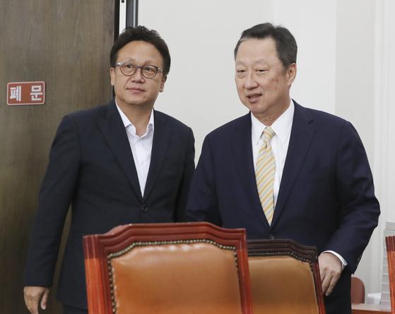 박용만 대한상의 회장(오른쪽)이 16일 국회에서 민병두 국회 정무위원장(왼쪽)을 찾아 규제개혁 법안 통과를 건의하고 있다. 임현동 기자