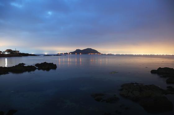 해가 진 뒤의 금능리 바다. 수평선에서 반짝이는 불빛이 한치잡이 배다. 손민호 기자