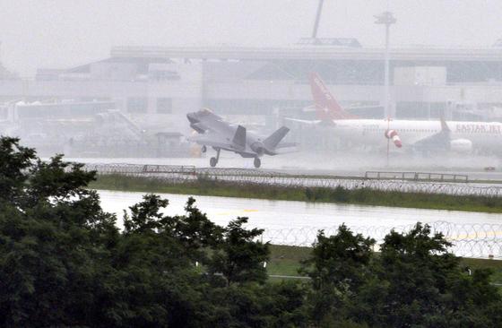 우리나라의 사상 첫 스텔스 전투기인 F-35A가 지난 3월에 이어 15일 한국에 무사히 착륙하고 있다. 프리랜서 김성태