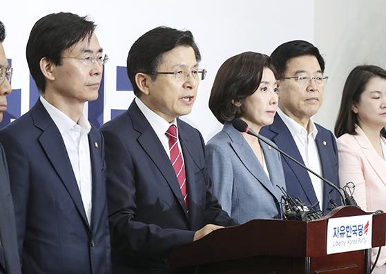"""황교안 자유한국당 대표(왼쪽 둘째)가 15일 국회에서 기자회견을 열고 일본의 무역 보복 조치 해결을 위해 여야 5당 대표까지 포함하는 대통령과의 회담을 제안했다. 황 대표는 '위기 상황에 정치 지도자들이 머리를 맞대는 모습은 그 자체로 국민에게 큰 힘이 될 것""""이라고 말했다. 임현동 기자"""