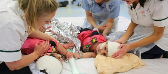 성공적으로 수술을 마친 샴쌍둥이인 사파와 마르와 자매의 모습. [영국 그레이트 오먼드 스트리트 병원 홈페이지=연합뉴스]
