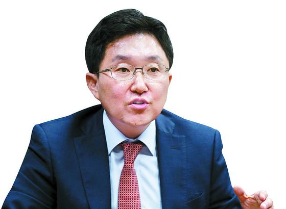 자유한국당 김용태 사무총장이 18일 국회 의원회관에서 본지 기자의 질문에 답하고 있다. 오종택 기자