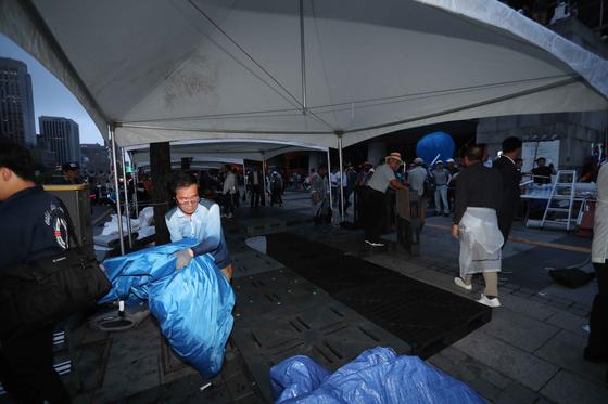 서울시가 행정대집행에 나선 16일 새벽 우리공화당은 광화문 광장에 설치한 천막을 자진 철거했다. 이후 우리공화당들이 세종문화회관 앞에 다시 천막을 설치하고 있다. 김상선 기자