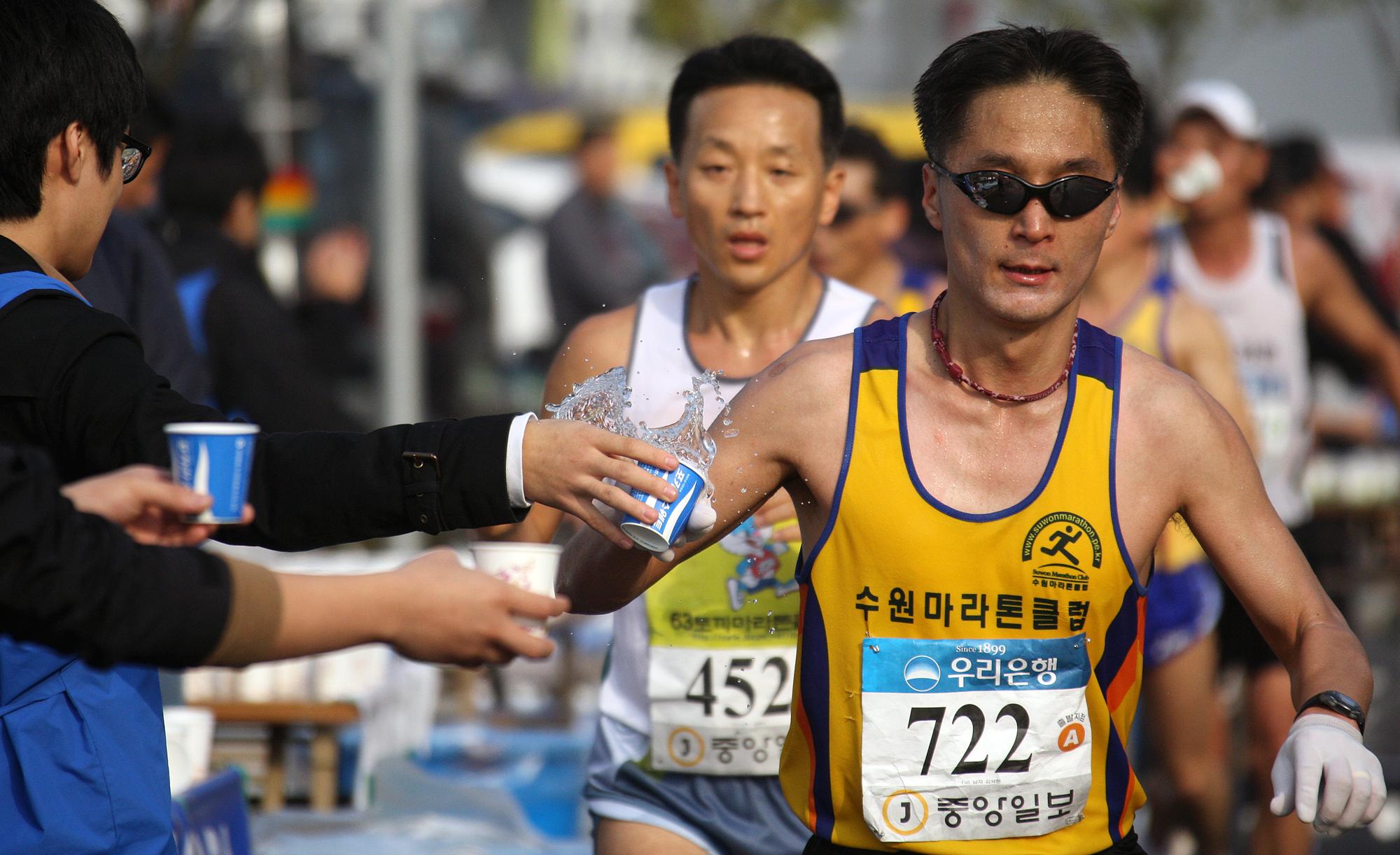 지난 2008년 11월 2일 중앙마라톤 풀코스 참가자들이 반환점 부근에서 음료수를 받고 있다.박종근 기자